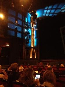 På scen står en stålbalk. Vem kan ta miste på att det hela utspelar sig på ett stålverk?