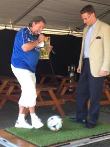 Här kickar jag och Peter Kronström från TFF igång Fotbollsfesten i Trelleborg.