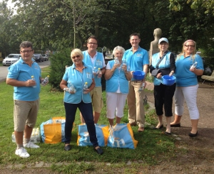 Ett gott gäng som delade ut mer än 400 vattenflaskor till deltagarna i Trelleborgsloppet.