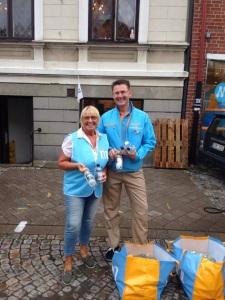 Jag och Marianne Ohrlander redo för att dela ut vatten till besökarna på Palmfestivalen