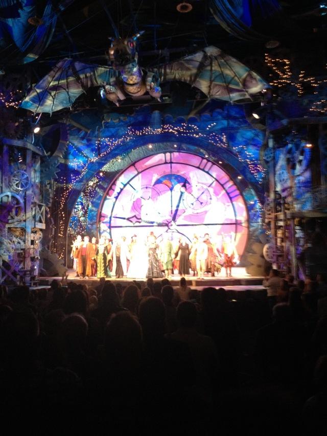 Hela den fantastiska ensemblen får stående ovationer efter en fantastisk föreställning.