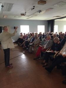Ordförande för Moderata Seniorer i Skåne Karl G Högberg håller sitt inledningsanförande