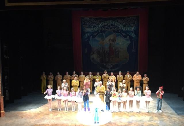 Hela ensemblen på scen efter kvällens föreställning av Billy Elliot
