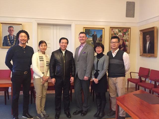 Delegationen från Guangdong på besök i Sessionssalen på Rådhuset i Trelleborg