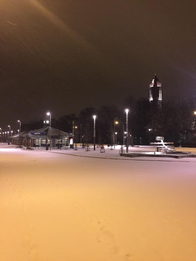 Snön ligger över ett öde Trelleborg Övre. När kommer husen skjuta mot skyn här?