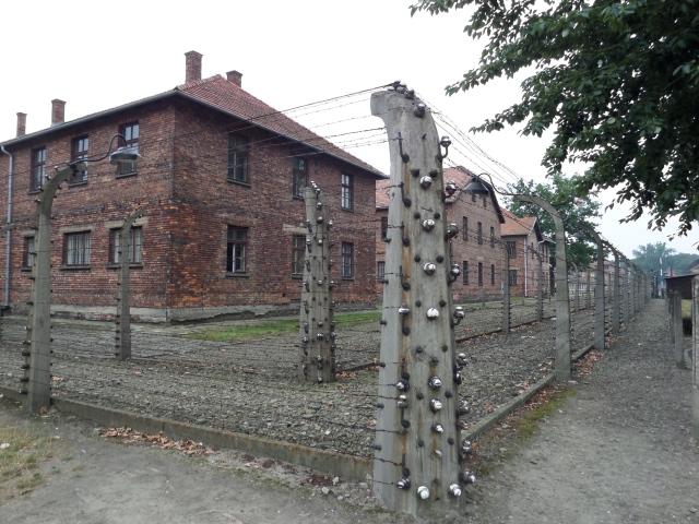 Tänk om bara taggtråd räckt för att hålla ondskan från Auschwitz-Birkenau fången för alltid