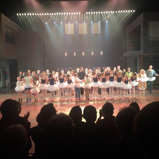 Ensemblen tar emot välförtjänta stående ovationer efter Sverigepremiären av Billy Elliot på Malmö Opera