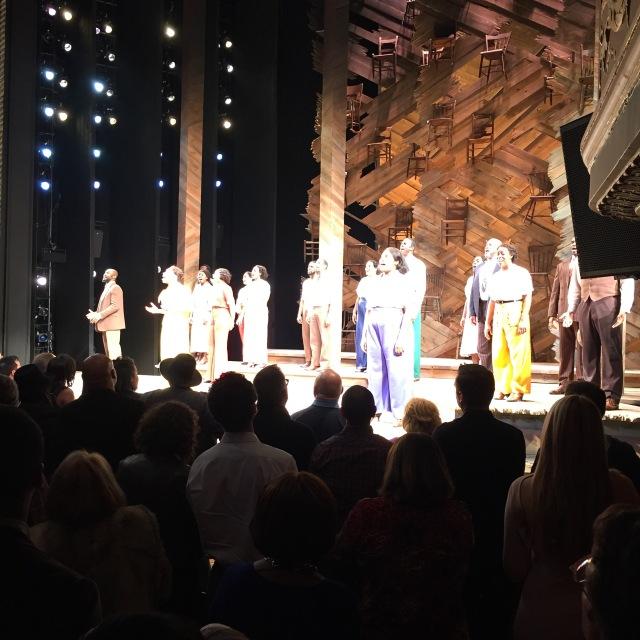 Slutscenen på The Color Purple och hela den duktiga ensemblen på scen.