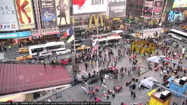 Folk köar för att köpa biljetter på Times Square