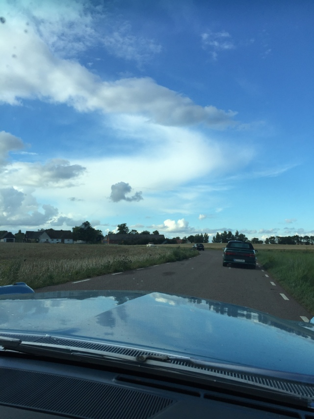 Flyger fram över Söderslätt i en nercabbad Cadillac