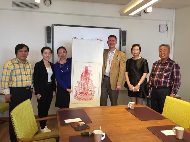 Delegationen från Hexidistriktet i Tianjin. Mannen längst till höger har gjort tackgåvan, enligt gammal kinesisk tradition.