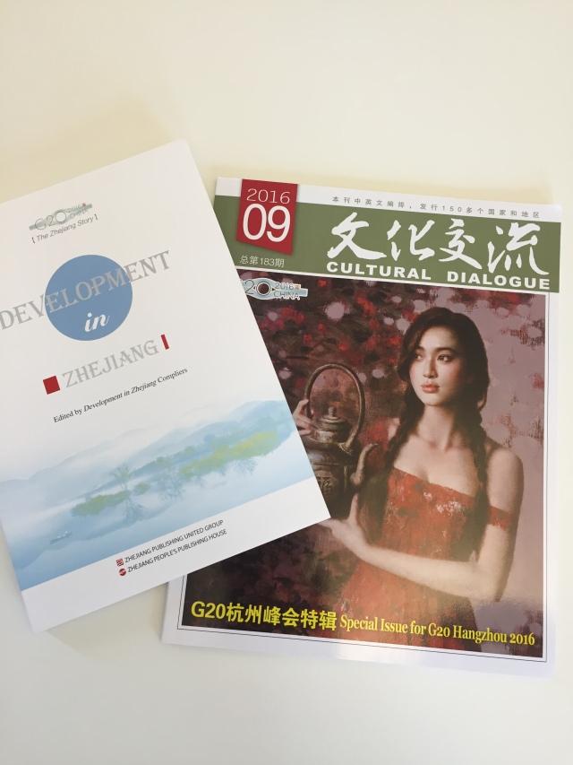 Gåvan från Zhenjiang bestod i information kring företagsetableringar i provinsen och en tidskrift från G20-mötet