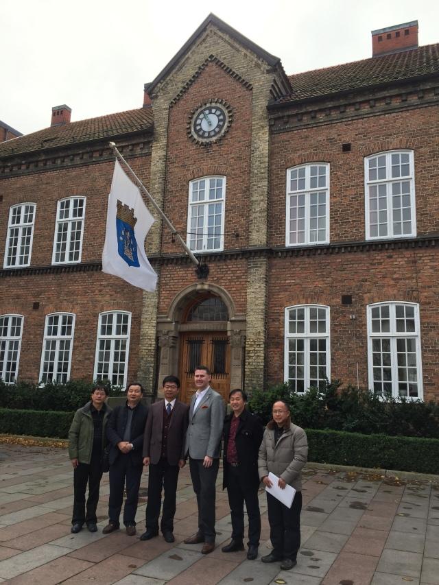 Delegationen från Libo utanför Rådhuset i Trelleborg