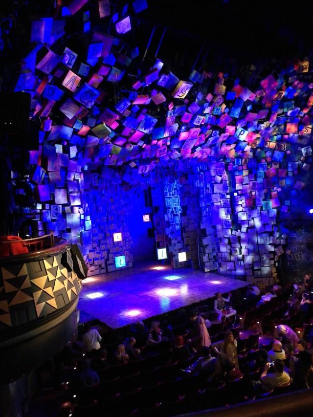 Scenen full av bokstäver