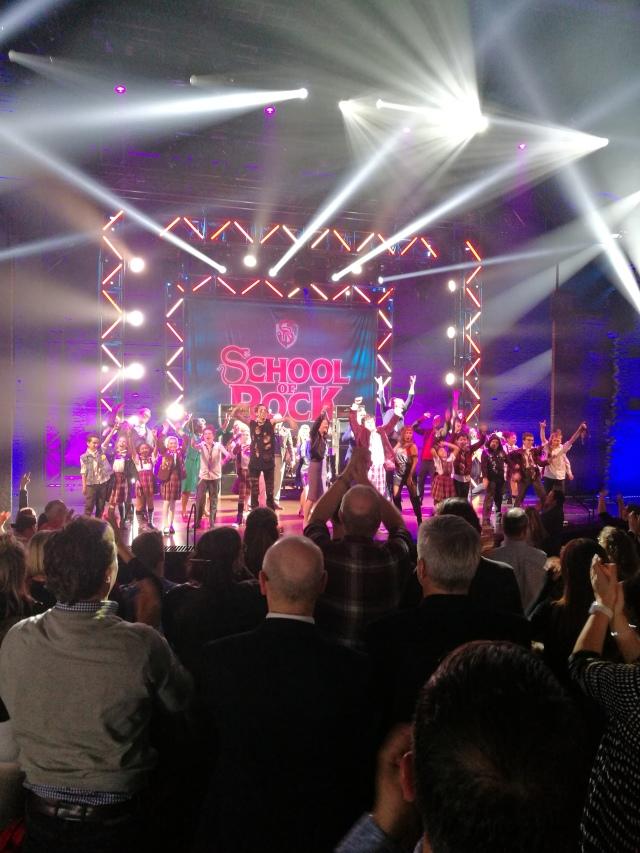 Hela den fantastiska ensemblen i School of Rock får stående ovationer