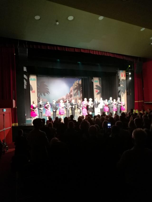 Ensemblen tar emot stående ovationer efter en bra och trevlig föreställning