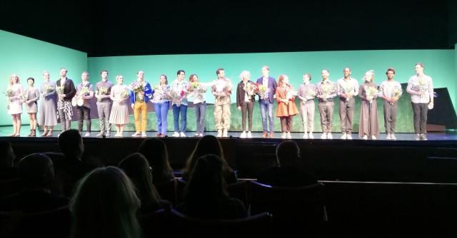 Ensemblen får välförtjänta blommor och stående ovationer