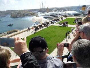 Populärt bland turisterna att beskåda kanonskotten kl 12