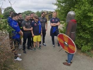 Landslaget välkomnas av en viking