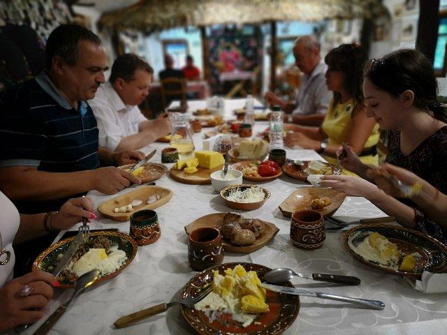 Dukat bord med moldaviska maträtter