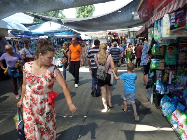 Män, kvinnor, unga och gamla. Alla är på marknaden i Chisinau.