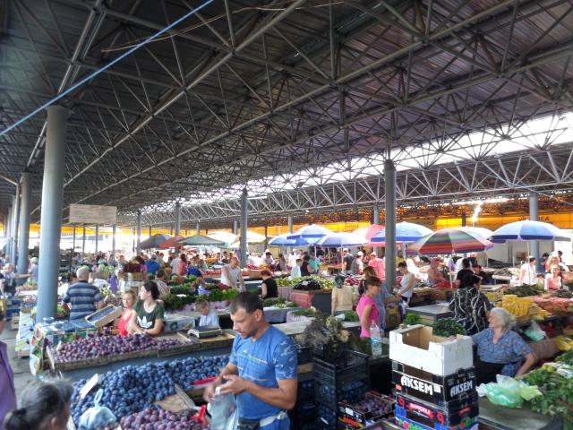 Färsk frukt på marknaden i Chisinau