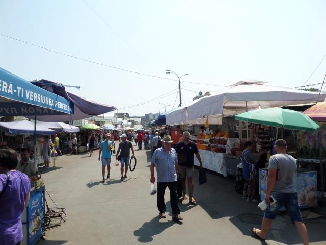 Solen sken över marknadens tälttak i Chisinau
