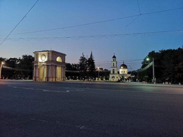 Triumfbågen och katedralen om kvällen