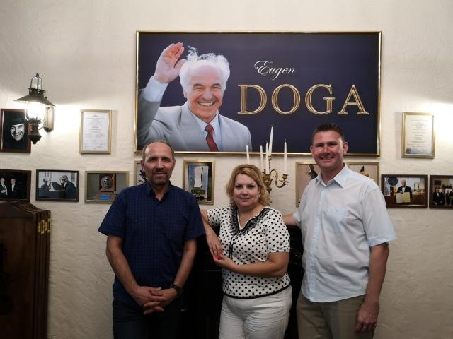 Tre rotarianer vid bilden av Eugen Doga