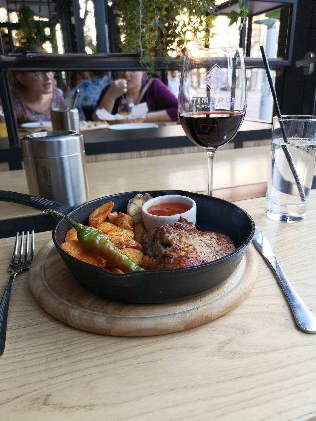 Stekt kött i en panna med moldaviskt rött vin