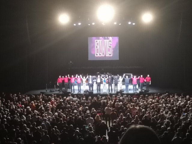 Ensemblen tackar för sig efter musikalen Elvis
