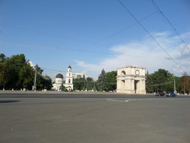 Katedralen och triumfbågen om dagen
