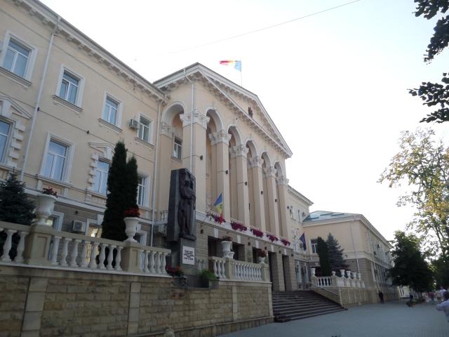 Moldaviens och EU-flaggan syns