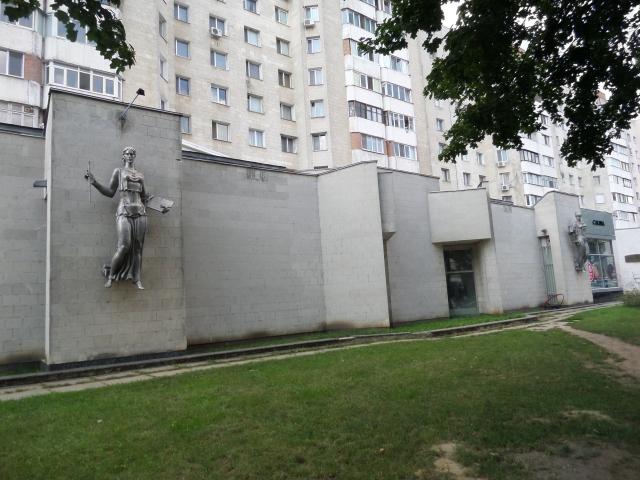 Vägg med statyer