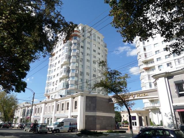 Nybyggt högt hus och gammalt lågt hus i Chisinau