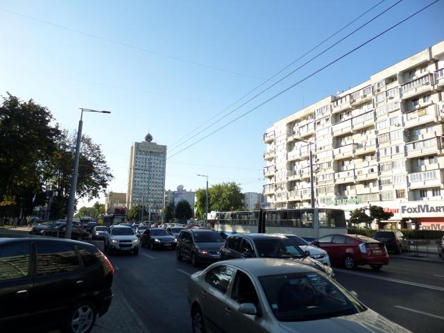 Många bilar på huvudgatan i Chisinau