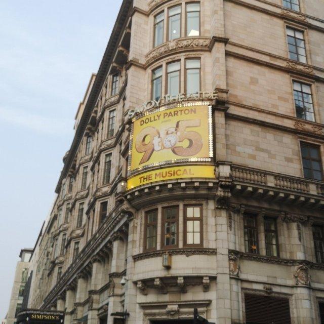 Fasadaffisch för musikal 9 to 5 på Savoy Theatre