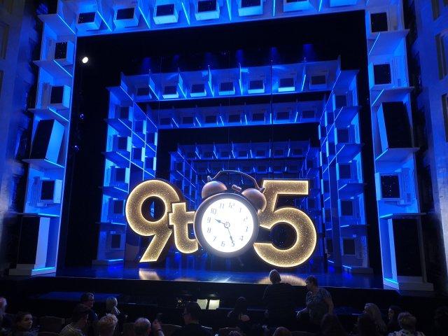Musikalens logga 9 to 5 är på scen
