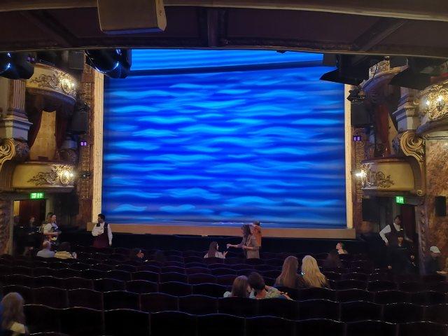 Ridån till Mamma Mia ser ut som ett böljande blått hav