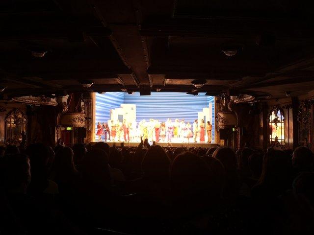 Skådespelarna och publiken sjunger och dansar när föreställningen är slut