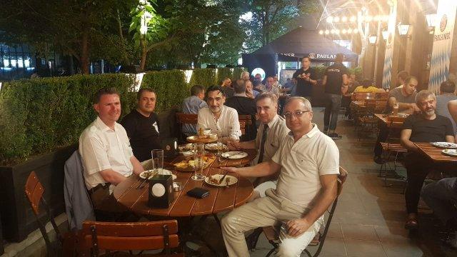 Jag sitter tillsammans med Ashot och ytterligare tre rotarianer och dricker öl