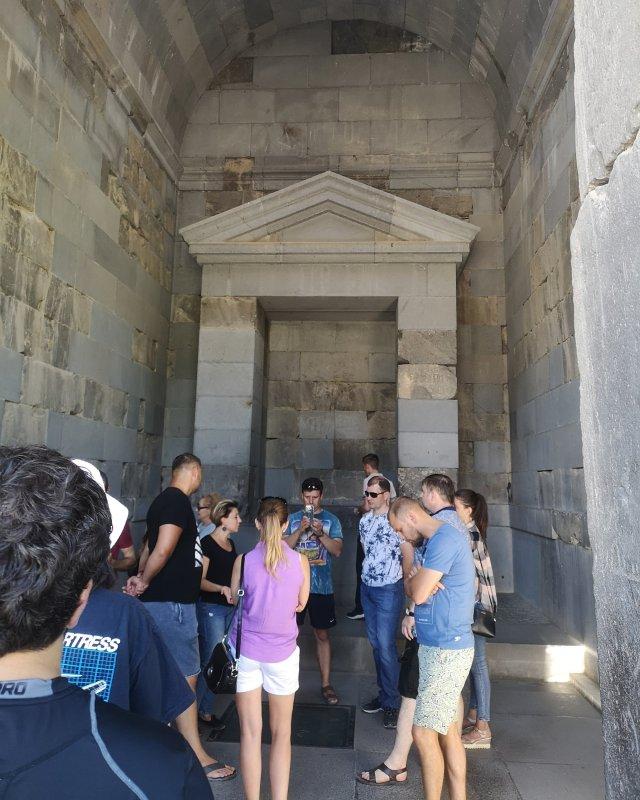 Folk inne i tempelbyggnaden. Längs bak finns platsen där offerriten utfördes