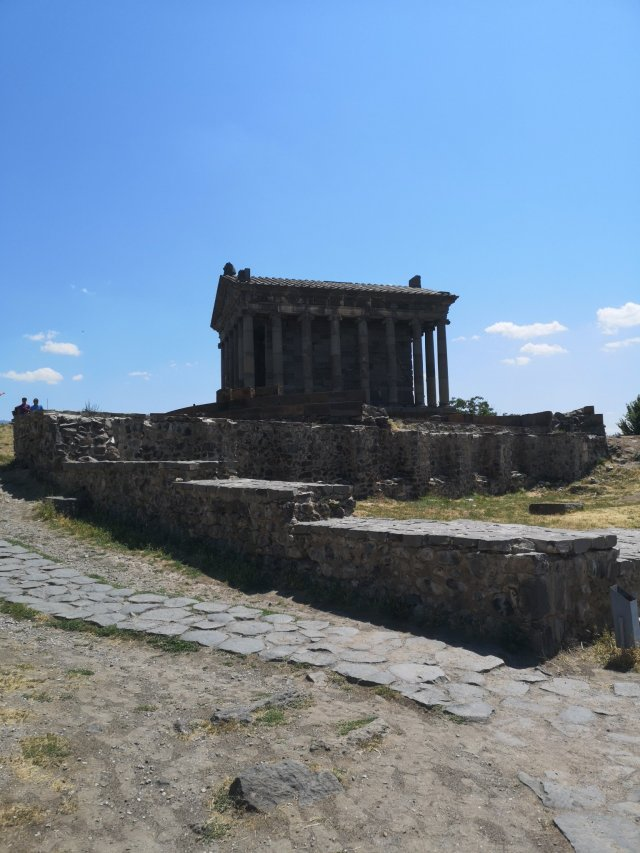 Den fyrkantiga tempelbyggnaden i Garni och ruinerna av slottet och kyrkan i förgrunden