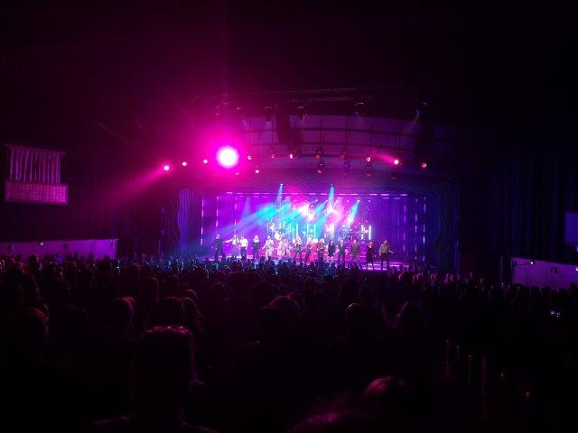 Scenen är som en konserscen och publiken står upp