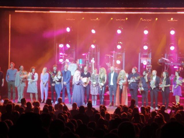Sanne Salomonsen på scen tillsammans med ensemblen
