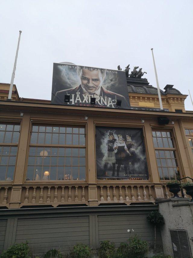 En stor reklamskylt på Cirkus tak med en bild på Darryl van Horn