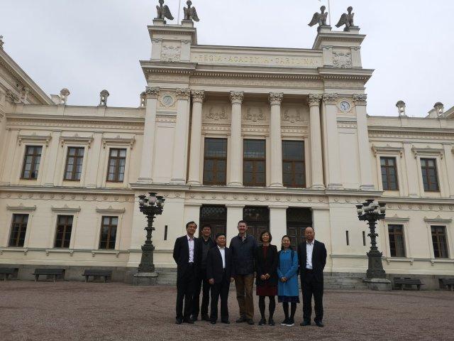 Gruppen uppställd framför Universitetshuset