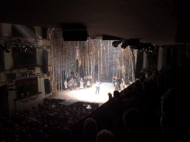 Tevye mitt på scen och tar emot applåderna
