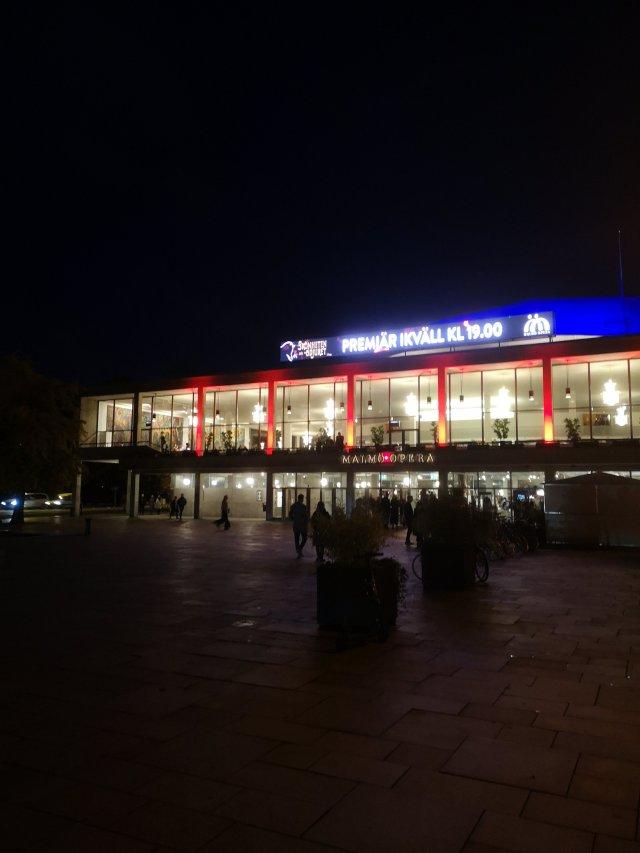 Bild på Malmö Opera utifrån med texten Premiär Skönheten och odjuret
