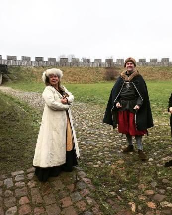 Borgfrun och Borgherren hälsar gästerna välkomna till Trelleborgen